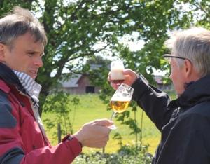 Två vänner diskuterar om ölen
