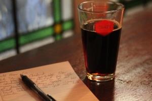 Ett glas öl på Craft Beer Co med anteckningsbok