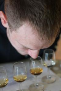 Peder sniffar whisky