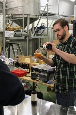 Dave på BBN häller upp öl