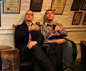 The Stiff Upper Lip grabbarna med Porter i glasen
