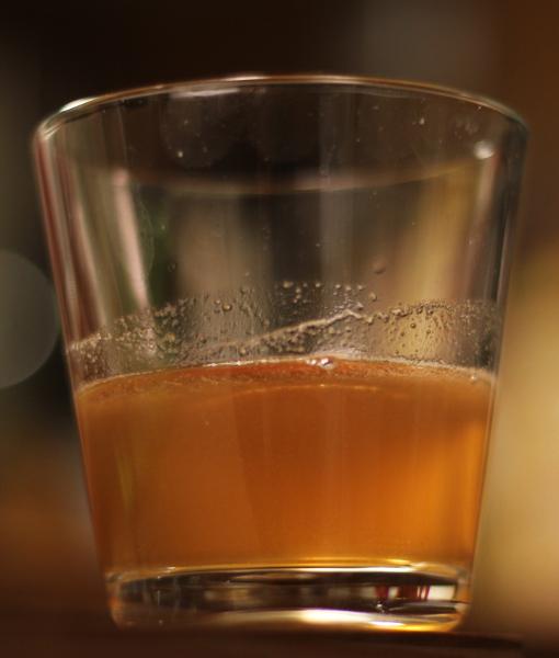 Glas med äppelmust