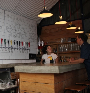 Camden Brewery, ölsorten står under kranen, på kaklet