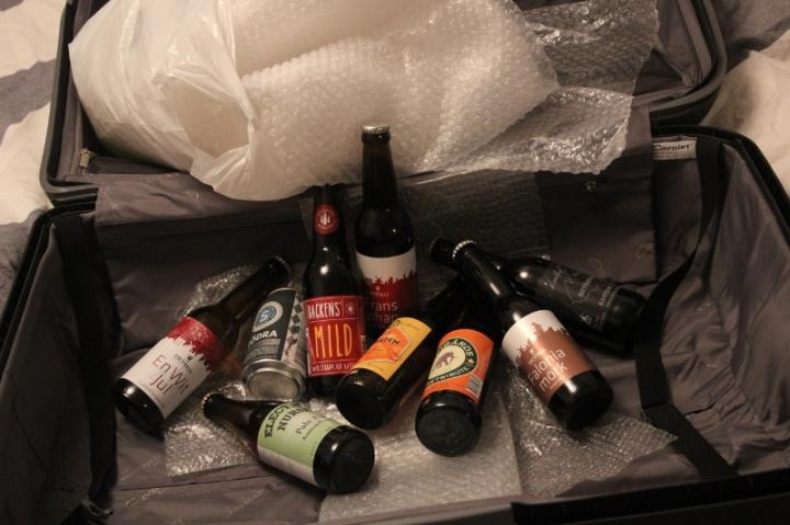 Packar väska inför Londonresa, bubbelplast, öl, Karlströms Malt