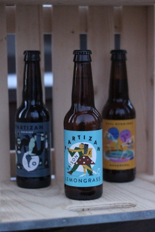Partizanöl, tre flaskor, Saison Lemongrass i förgrunden, Karlströms Malt