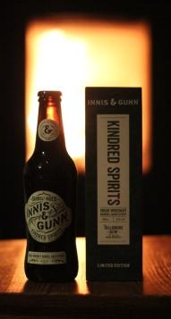 Innis&Gunn Kindred Spirits, flaskan och kartongen framför brasan, Karlströms Malt