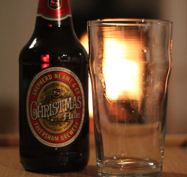 Sheperd Neame Christmas Ale, oöppnad flaska och ölglas, Karlströms Malt