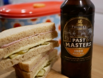 Past Master 1909 Pale Ale, Fuller's, flaska, smörgår, trekantsmacka, Karlströms Malt